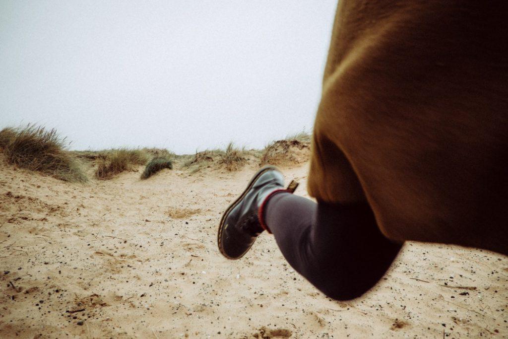 逃げる人のイメージ画像