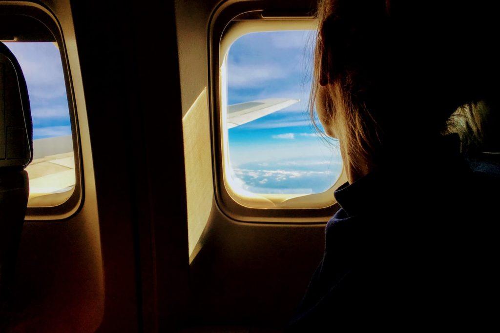 飛行機から見る窓の外の景色