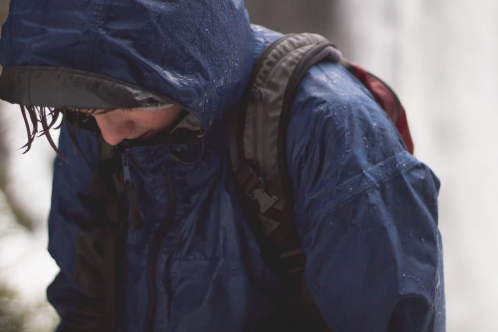 雨に濡れる人