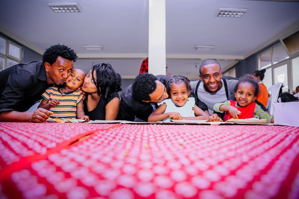 子供が多い家族のイメージ