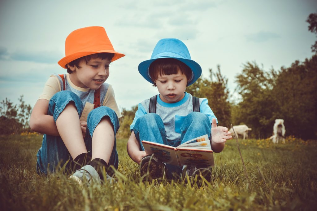 読書する子供の画像