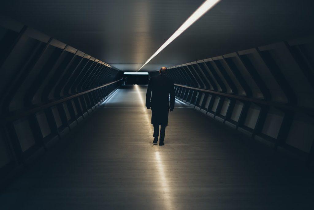 暗闇を歩く人