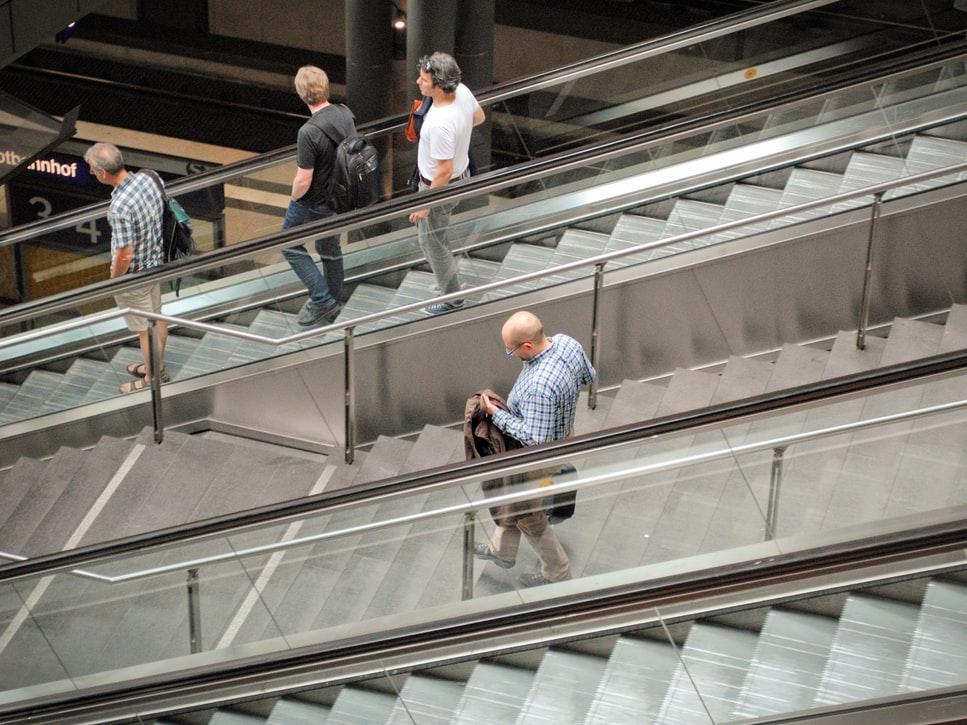 エスカレータと階段のイメージ