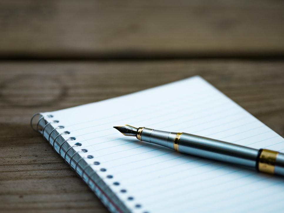 ペンと紙のイメージ